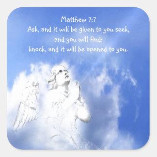 Gebet. Matthew-7:7 Schrifts-Vers mit Engels-Himmel Quadratischer Aufkleber