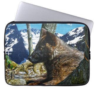 Gebirgsschwarzer Wolf, der durch Baum-Tier-Kunst Laptopschutzhülle