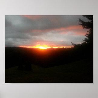 Gebirgssonnenuntergang-Flammen des Plakat-11/8.5 Poster