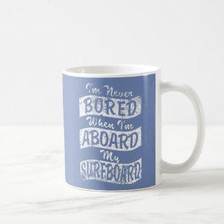 GEBOHRT nie AN BORD meines SURFBRETTES (weiß) Kaffeetasse