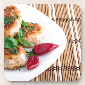 Gebratene Fleischklöschen des gehackten Huhns auf Untersetzer