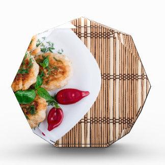 Gebratene Fleischklöschen des gehackten Huhns mit Acryl Auszeichnung