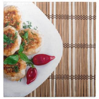 Gebratene Fleischklöschen des gehackten Huhns mit Stoffserviette