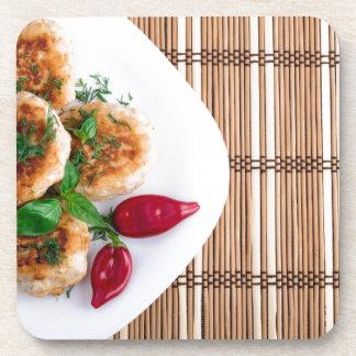 Gebratene Fleischklöschen des gehackten Huhns mit Untersetzer