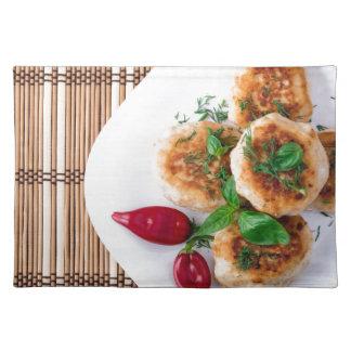 gebratene Fleischklöschen des gehackten Huhns Stofftischset