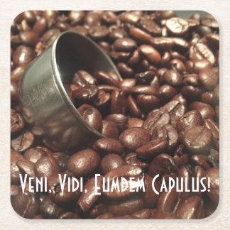 Gebratene Kaffeebohnen mit silberner Rechteckiger Pappuntersetzer