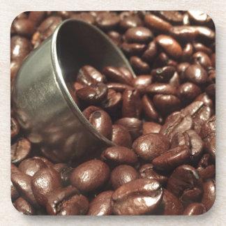 Gebratene Kaffeebohnen mit silberner Untersetzer