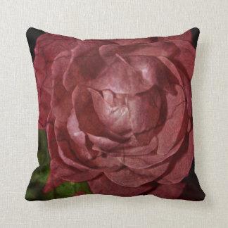 Gebrochene Rote Rose durch Shirley Taylor Kissen