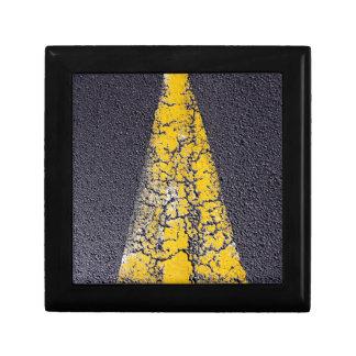 Gebrochener gelber Pfeil auf einer Straße Erinnerungskiste