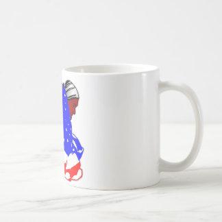 Gebürtiger amerikanischer Ureinwohner eingewickelt Kaffeetasse