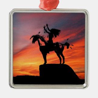Gebürtiger amerikanischer Ureinwohner und Pferd Quadratisches Silberfarbenes Ornament