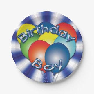Geburtstags-Junge steigt blauen Party-Teller im Pappteller