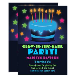 Geburtstags-Kuchen-Glühen in den dunklen Party Karte