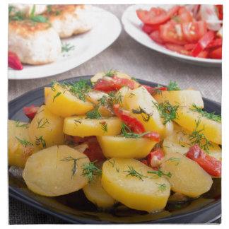 Gedämpfte Kartoffeln mit Pfeffernahaufnahme Stoffserviette