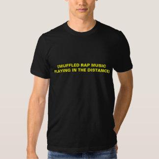 [Gedämpfte Rap-Musik, die im Abstand spielt] T-Shirts