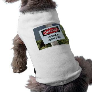 Gefahrenfrau mit PMT Zeichen Shirt
