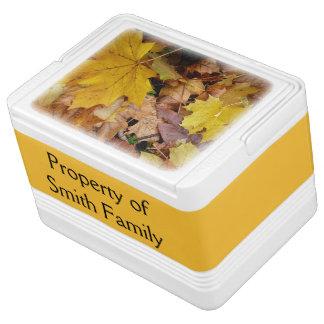 Gefallener Ahorn verlässt gelbe Herbst-Natur Kühlbox