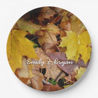 Gefallener Ahorn verlässt gelbe Herbst-Natur Pappteller