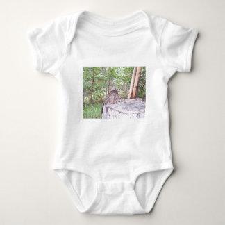 Gefallener Baum mit Stumpf im Wald T Shirt