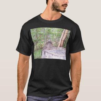 Gefallener Baum mit Stumpf im Wald T-Shirt