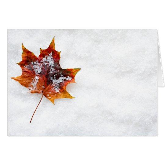 Gefallenes Blatt in der Schnee-Gruß-Karte Grußkarte