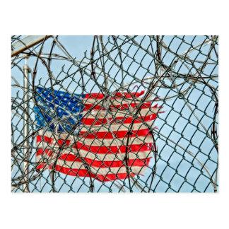 Gefängnis-Zaun und Flagge Postkarte