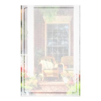 Geflochtener Stuhl mit gestreiftem Kissen Briefpapier