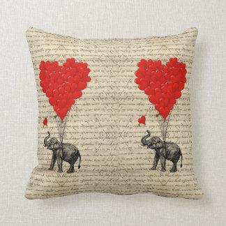 Geformte Ballone des Elefanten und des Herzens Kissen