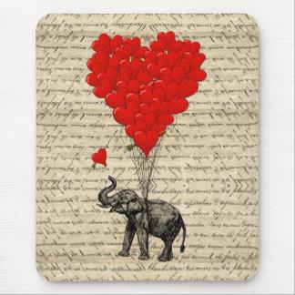 Geformte Ballone des Elefanten und des Herzens Mauspads