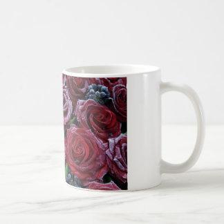 Gefrorene dunkelrote Rosen auf einem Grab Kaffeetasse