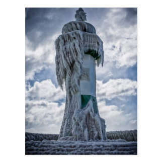 Gefrorener Leuchtturm auf Ufer der Ostsee Postkarte
