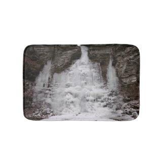 Gefrorener Schlucht-Wasserfall Badematte