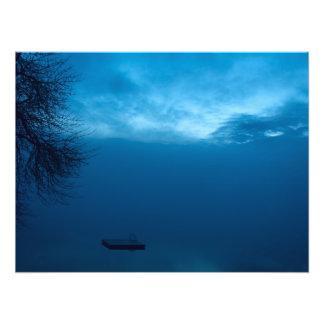 Gefrorener See auf dem nebeligen Abend Fotodruck