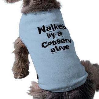 Gegangen durch einen Konservativen - lustiges Wahl Ärmelfreies Hunde-Shirt