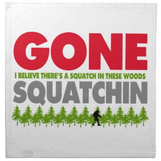 Gegangenes Squatchin Bigfoot, der im Holz sich Serviette