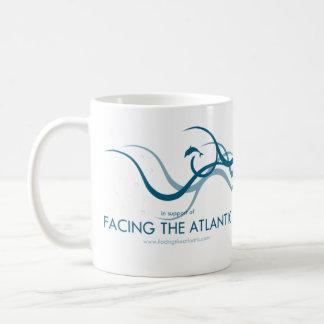 Gegenüberstellen des Atlantiks Kaffeetasse