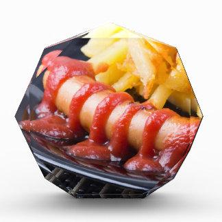 Gegrillte Würste und gebratene Kartoffel Auszeichnung