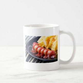 Gegrillte Würste und gebratene Kartoffel Kaffeetasse