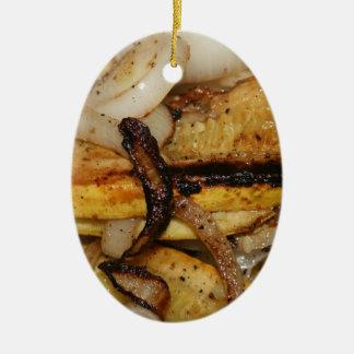 Gegrillte Zwiebelscheiben und Stücke des gelben Ovales Keramik Ornament