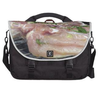 Gegrilltes Huhn auf dem Grill Laptoptasche
