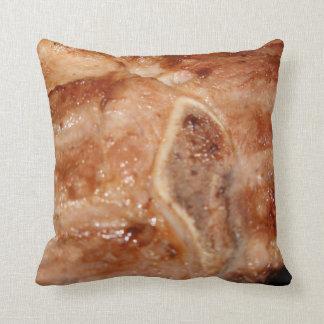 Gegrilltes Schweinekotelett mit Zierkissen