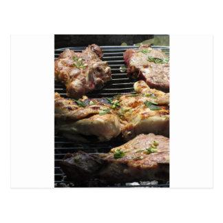 Gegrilltes Steak und Huhn auf dem Grill Postkarte