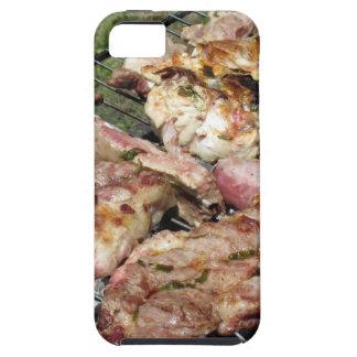 Gegrilltes Steak und Würste auf dem Grill iPhone 5 Cover