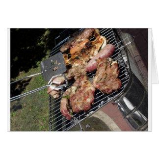 Gegrilltes Steak und Würste auf dem Grill Grußkarte