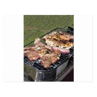 Gegrilltes Steak und Würste auf dem Grill Postkarte