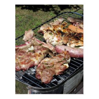 Gegrilltes Steak und Würste auf dem Grill Postkarten