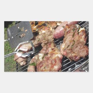 Gegrilltes Steak und Würste auf dem Grill Rechteckiger Aufkleber