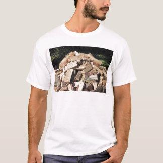 Gehackter hölzerner Stapel draußen T-Shirt
