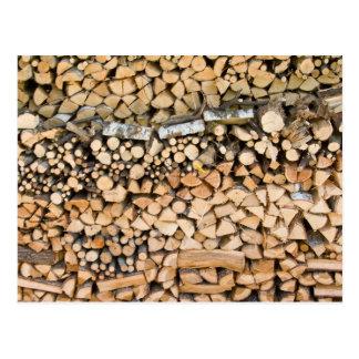 Gehacktes Holz auf einem Stapel Postkarte