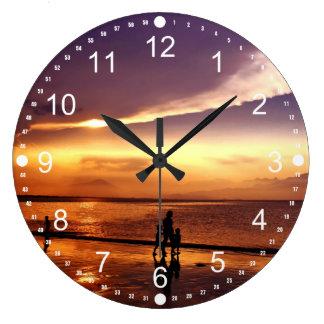 Gehen auf den Strand am Sonnenuntergang Uhren